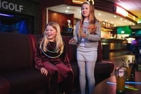 To jenter i sittegruppen på bursdagsbowling