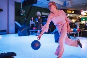 jente som spiller bowling med discolys