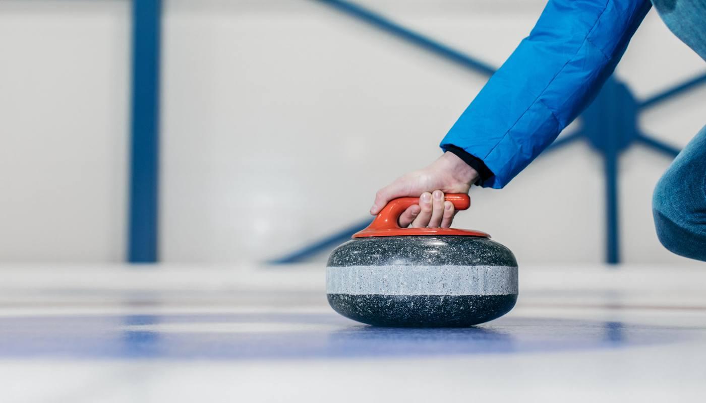 På Vestkanten kan du leie curling-bane til bursdag eller utdrikningslag